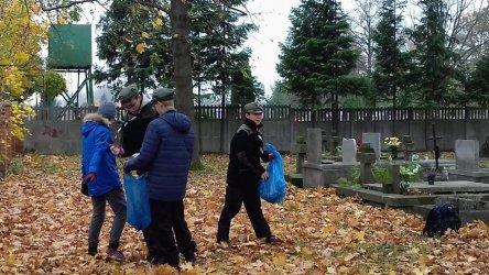Piotrkowscy harcerze sprzątali groby