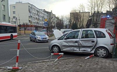 Wypadek z udziałem dwóch osobówek przy Piastowskiej. Kobieta w szpitalu