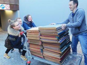 Trwa przeprowadzka biblioteki. Harcerze pomagają przenosić księgozbiór