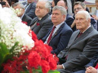 Prof. Rzepliński i marszałek Zych na sesji Sejmiku w Piotrkowie