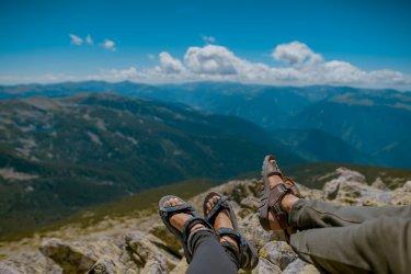 Jakie buty zabrać ze sobą na aktywne wakacje? Wybieramy sandały turystyczne
