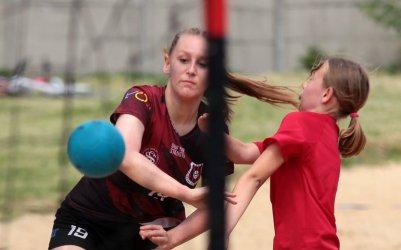 Młode piłkarki z Piotrkowa wygrały turniej plażowej piłki ręcznej (galeria)