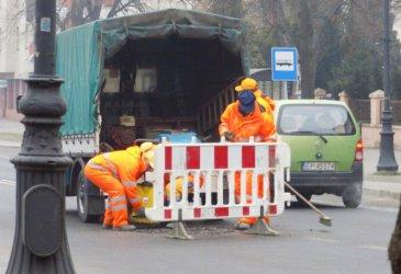 Łatają dziury w drogach