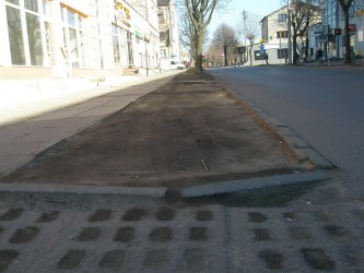 Kierowcy zniszczyli trawnik przy Młynarskiej