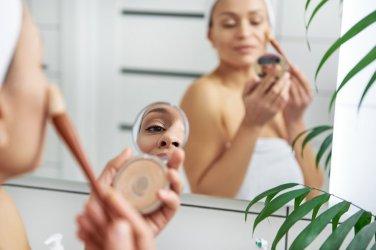 Jak nakładać rozświetlacz na twarz, kilka praktycznych porad