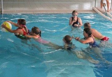 Zabawy w wodzie na piotrkowskiej pływalni