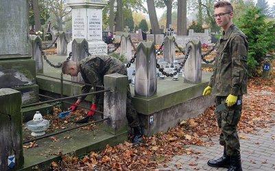 Posprzątali zaniedbane groby