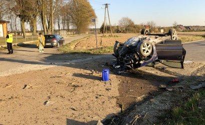 Wypadek w Kole. Kierowca uderzył w drzewo (FILM)