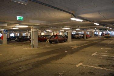Sprytni kierowcy parkują pod galerią