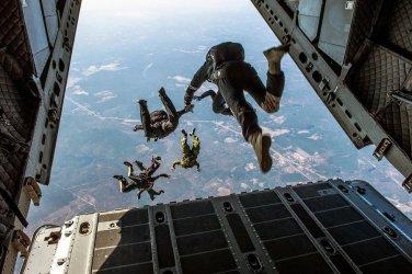 Dwaj wojskowi spadochroniarze zderzyli się podczas lądowania