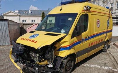 Wypadek jadącego na sygnale ambulansu PCMD