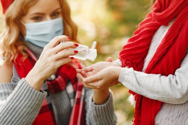 COVID-19: Ponad dwa razy więcej nowych ozdrowieńców niż zakażonych