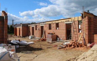 Wola Krzysztoporska: Trwa budowa mieszkań komunalnych