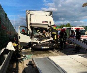 Wypadek na S8. Kierowca zakleszczony w aucie