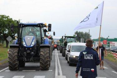 Agrounia zablokowała drogę między Piotrkowem a Srockiem (FILM, GALERIA)