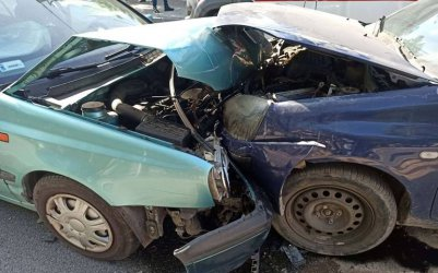 Czołowe zderzenie dwóch osobówek w Piotrkowie