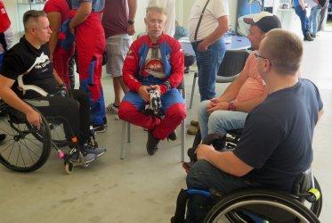 Osoby niepełnosprawne też mogą skakać ze spadochronem