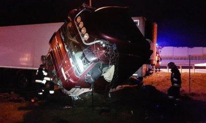 Kierowca ciężarówki wjechał w bariery na S8