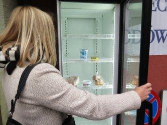 Zamiast wyrzucać jedzenie kupione z okazji świąt, zostawcie je w społecznej lodówce