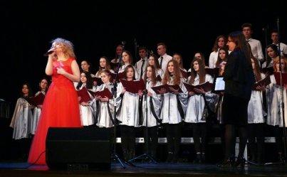 Olga Zozula i chór II LO wspólnie na scenie MOK