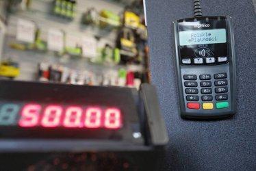 Płatności bezgotówkowe zaczynają dominować nad wypłatą gotówki w bankomatach
