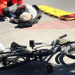 Potrącenie rowerzysty na skrzyżowaniu w Piotrkowie
