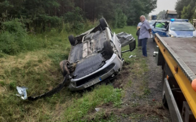 Samochód dachował na DK74 za Sulejowem