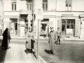 Niemieccy oficerowiena ulicy Stronczyńskiego, pozujący pod słupem oznaczającym granice piotrkowskiego getta.