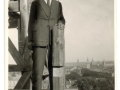 Inżynier Smoliński na rusztowaniach najwyższej kondygnacji wieży.