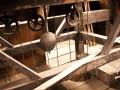 Wahadło, czyli regulator chodu, którego zadaniem było sterowanie ruchem kół zębatych mechanizmu chodu w taki sposób, by wskazówki zegara poruszały się ze ściśle określoną i jednostajną prędkością po tarczy zegarowej. Napęd wahadłowy wymyślił w 1583 roku Galileusz.