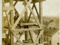 Widok z najwyższych rusztowań wieży na zabudowę ulicy Legionów (obecnie Dąbrowskiego).