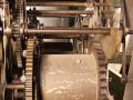 Jeden z bębnów mechanizmu z widocznymi pozostałościami po rowkowaniu – to na ten bęben za pomocą korby nawijana była lina z obciążnikami. Bęben stanowił jeden z najważniejszych elementów całego mechanizmu zegara, to na nim następowała zmiana siły grawitacyjnej w obrotową siłę kół zębatych. Poprzez podnoszenie w ten sposób wag (obciążników) odnawiano źródło energii napędzającej cały zegar. Im dłuższe liny od obciążników tym szerszy i większy bęben.