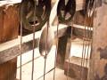 Soczewka wahadła oraz krążki od napędu obciążnikowego, ich zastosowanie pozwalało zmniejszyć siłę potrzebą do podnoszenia lin z wagami (obciążnikami).