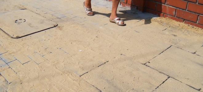 Piotrków: Część chodnika ze starych płyt