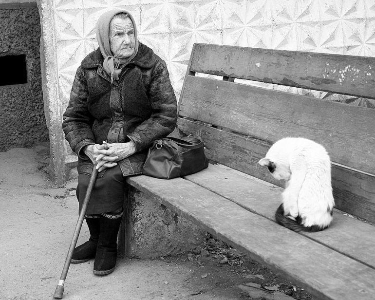 """""""Bardziej niż głodu boję się zimna"""". Co wynika z raportu o biedzie w Polsce?"""