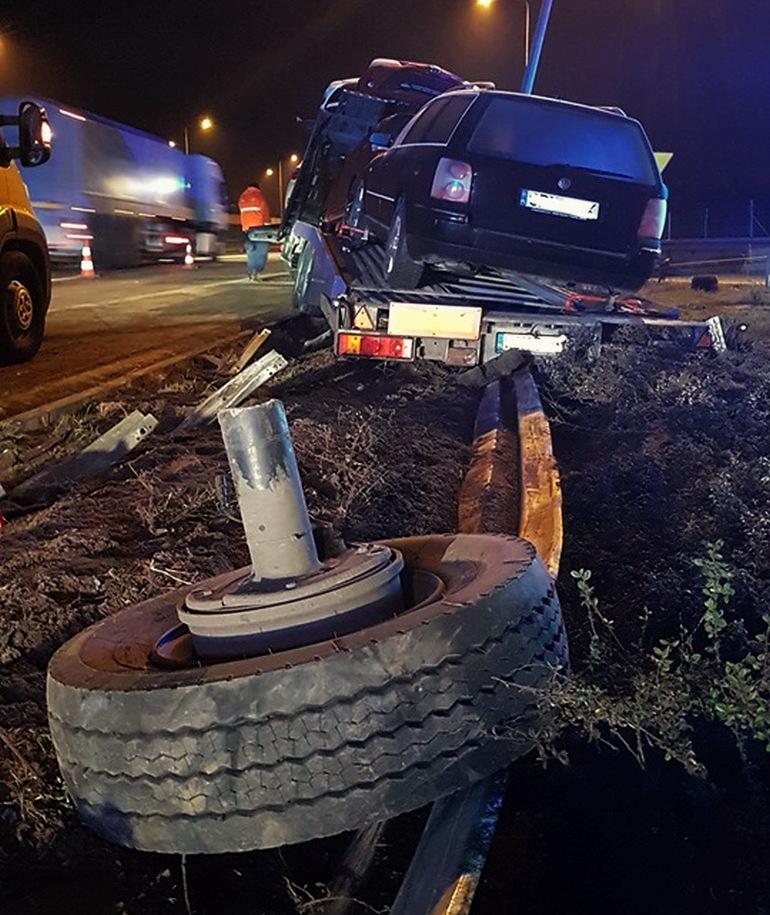 Ciężarówka wjechała w bariery na S8