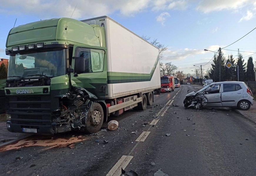 Zderzenie osobówki z ciężarówką na Łódzkiej