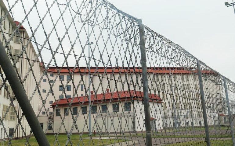 Więzienne szwalnie też szyją maseczki