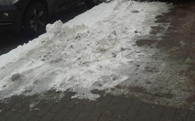 Za nieusunięcie śniegu z chodnika grozi mandat, a nawet grzywna