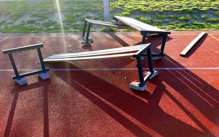 Ławki przy boisku zniszczone