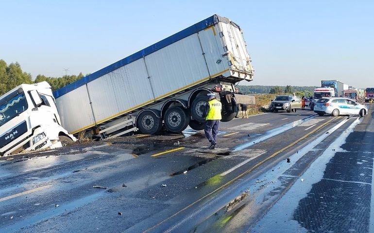 Ciężarówka wypadła z drogi na krajowej