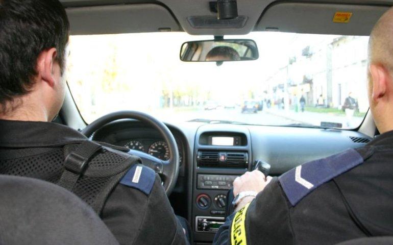 Ulicami Piotrkowa uciekał przed policją. Zatrzymał się dopiero na… radiowozie