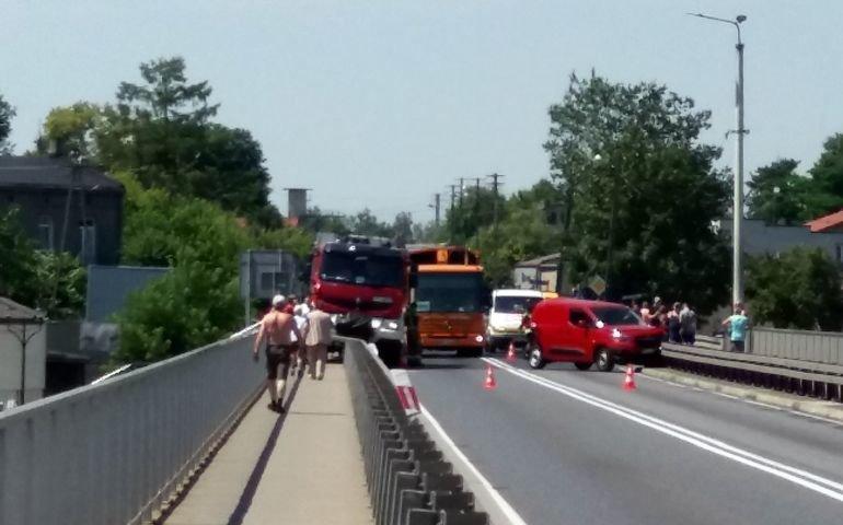 Za Sulejowem zderzyły się dwa tiry. Na moście kolizja z udziałem wozu strażackiego
