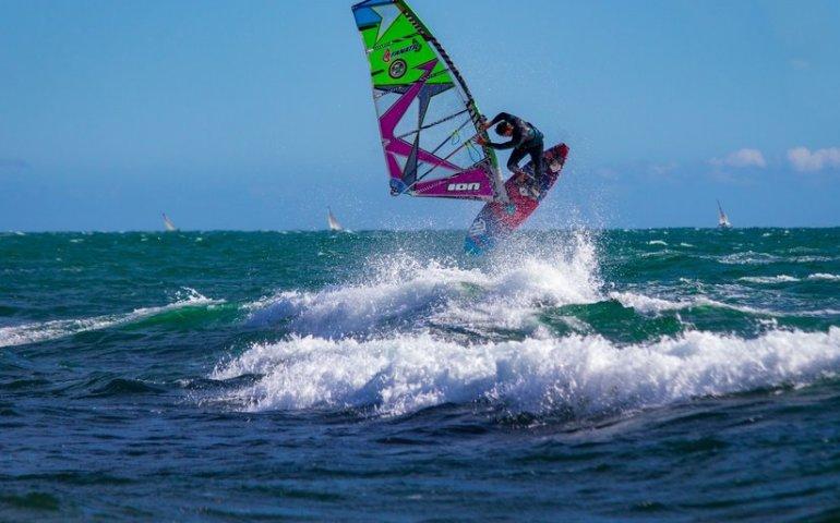 Żagle windsurfingowe, które stawią opór nawet najtrudniejszym warunkom, jak wybrać?