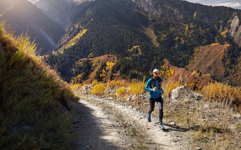 Jakie są zalety biegania w górach?