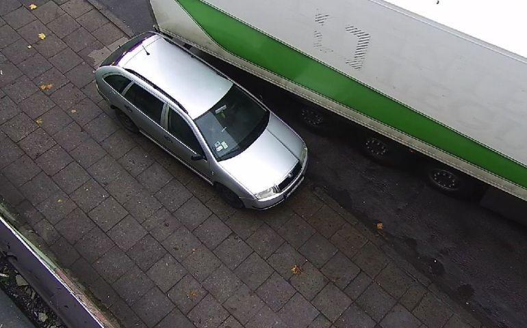 Kierowca tira uszkodził osobówkę i odjechał