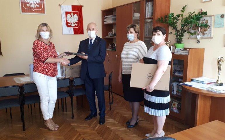 """Nowy sprzęt znów trafi do szkół. """"Zdalna szkoła"""" w gminie Moszczenica"""