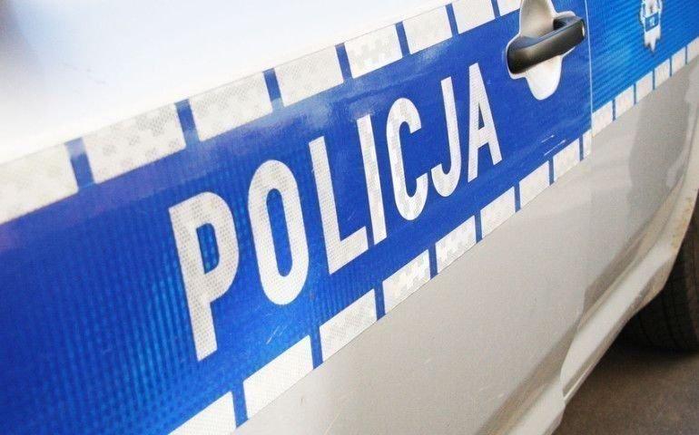 Policjanci kontrolują osoby na kwarantannie