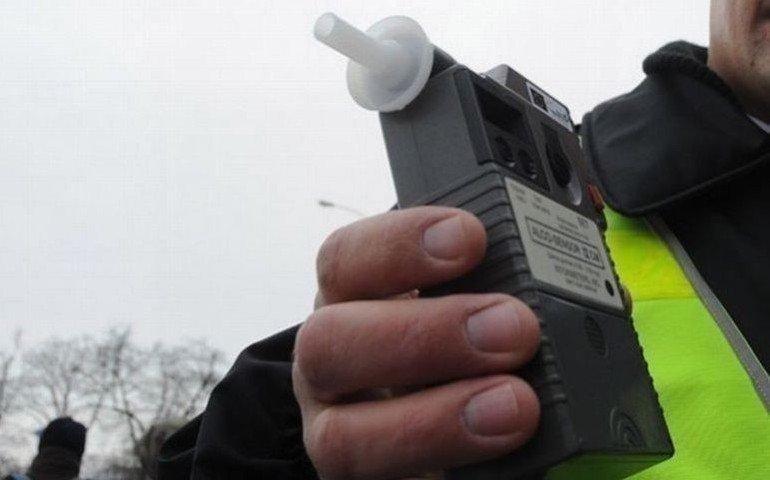 Pijany kierowca z podwójnym zakazem prowadzenia pojazdów wpadł w ręce policjantów