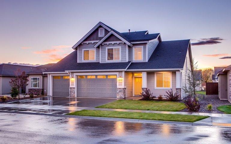 Drzwi garażowe i inne dodatki do bram. Na jakie opcje zwracać uwagę?